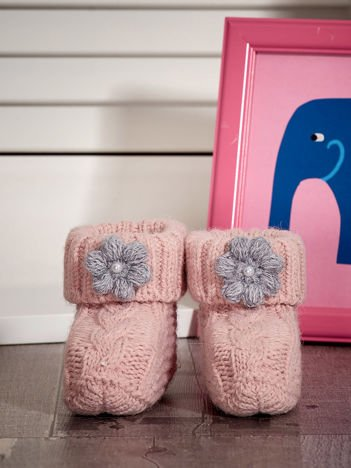 Jasnoróżowe dziergane buciki dziewczęce z kwiatuszkami i perełkami