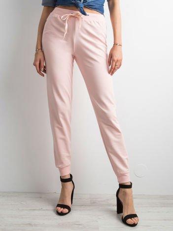 Jasnoróżowe spodnie dresowe z troczkami