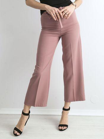 Jasnoróżowe szerokie spodnie z wiązaniem