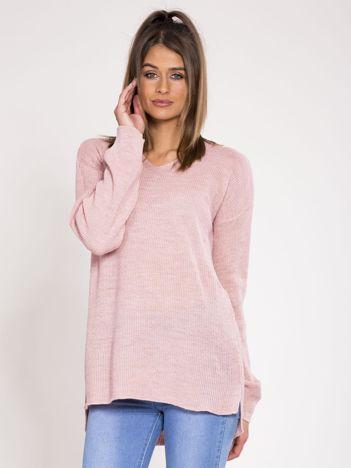 Jasnoróżowy asymetryczny sweter w serek