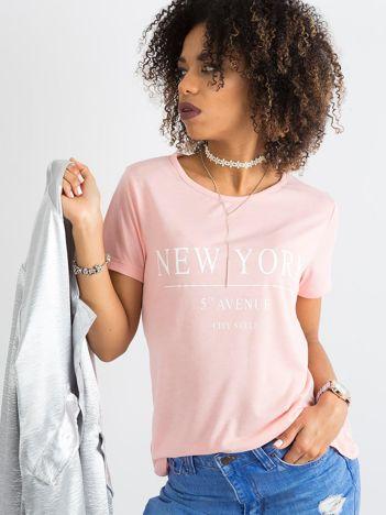 Jasnoróżowy damski t-shirt z napisami