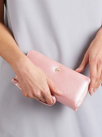 Jasnoróżowy podłużny portfel perłowy na suwak