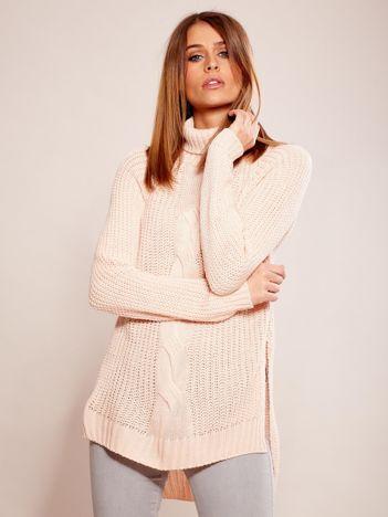 Jasnoróżowy sweter w warkocz z golfem