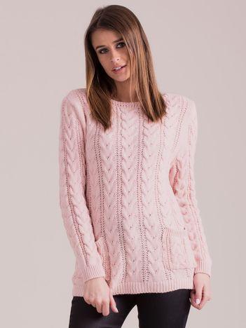 Jasnoróżowy sweter w warkocze z kieszeniami