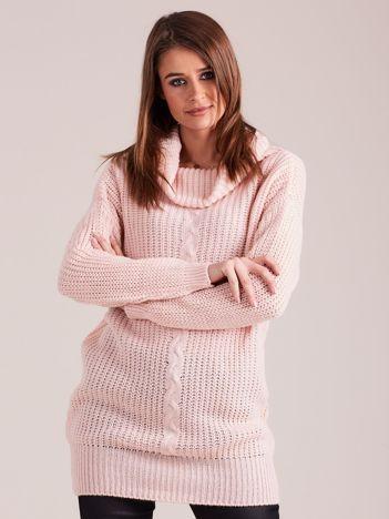 Jasnoróżowy sweter z luźnym golfem