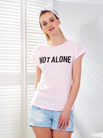 Jasnoróżowy t-shirt NOT ALONE