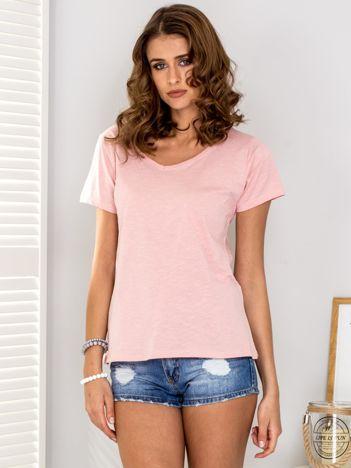 Jasnoróżowy t-shirt V-neck