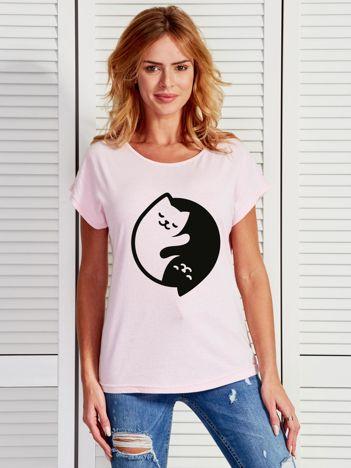 Jasnoróżowy t-shirt Yin Yang z nadrukiem kotów
