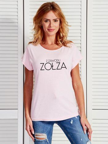 Jasnoróżowy t-shirt damski Z ZAWODU ZOŁZA