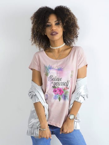 Jasnoróżowy t-shirt damski z motywem roślinnym