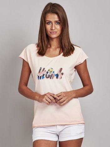 Jasnoróżowy t-shirt z kolorową naszywką