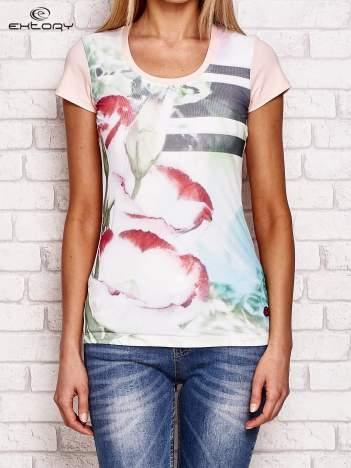 Jasnoróżowy t-shirt z motywem kwiatowym