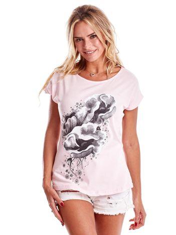 Jasnoróżowy t-shirt z motywem roślinnym
