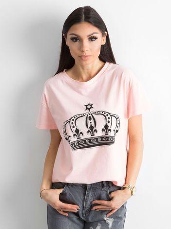 Jasnoróżowy t-shirt z nadrukiem i aplikacją