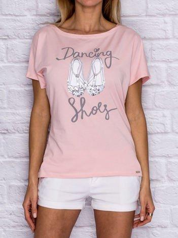 Jasnoróżowy t-shirt z nadrukiem i cekinową aplikacją