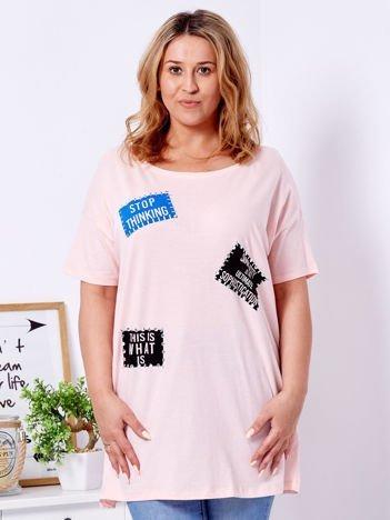 Jasnoróżowy t-shirt z nadrukiem naszywek PLUS SIZE