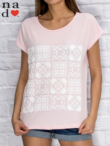 Jasnoróżowy t-shirt z ornamentowym nadrukiem