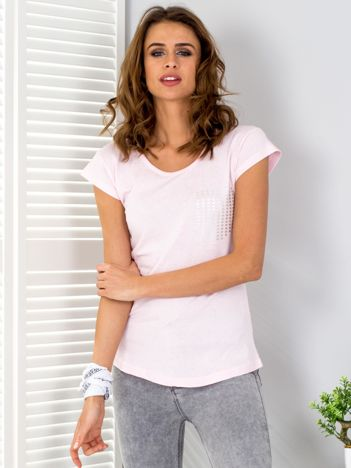 Jasnoróżowy t-shirt z srebrnym nadrukiem kieszonki