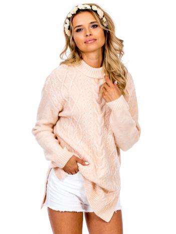 Jasnoróżowy warkoczowy sweter
