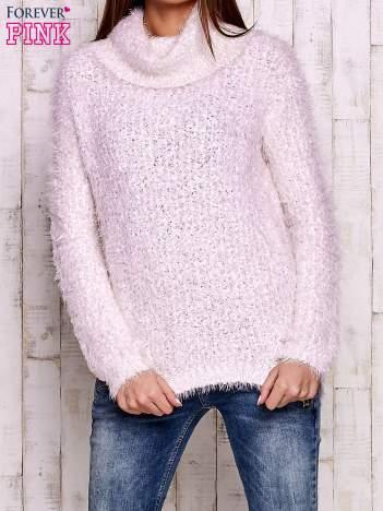 Jasnoróżowy włochaty sweter z golfem