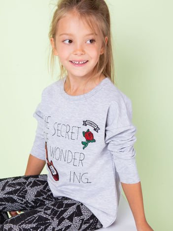 Jasnoszara bluza dziecięca z naszywkami i surowym wykończeniem
