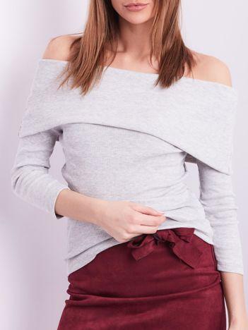 Jasnoszara dopasowana bluzka w prążek z odkrytymi ramionami