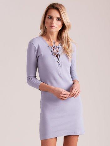 Jasnoszara prążkowana sukienka ze sznurowaniem