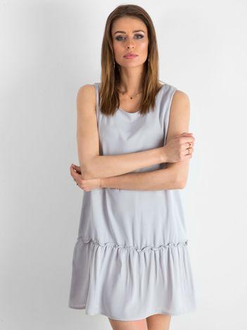 Jasnoszara sukienka z falbaną i wiązaniem