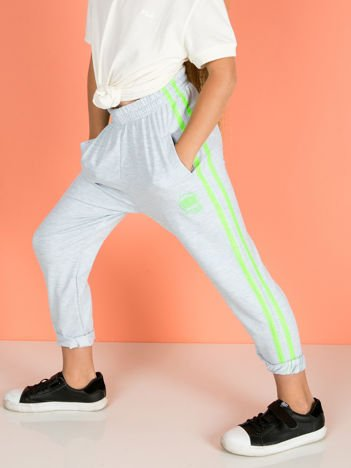 Jasnoszare dziecięce spodnie dresowe z fluo lampasami