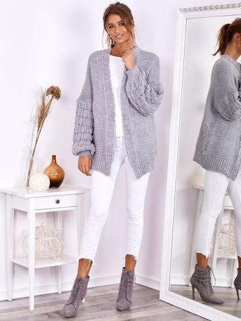 Jasnoszary otwarty sweter z bufkowymi rękawami