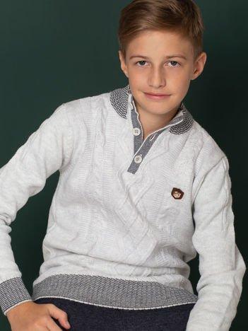 Jasnoszary sweter dla chłopca w warkocze