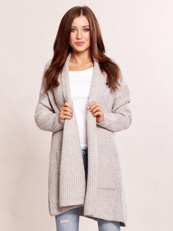 Jasnoszary sweter o szerokim splocie