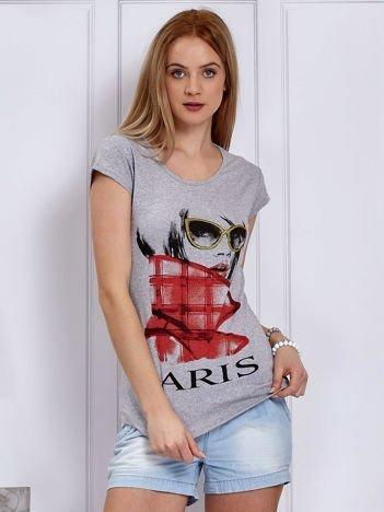 Jasnoszary t-shirt z dziewczyną i napisem