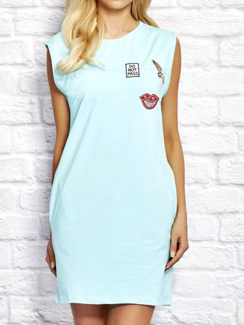 Jasnoturkusowa sukienka dresowa z naszywkami