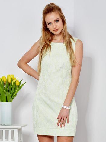 Jasnozielona sukienka tuba w kwiatowy deseń
