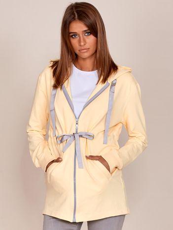 Jasnożółta dłuższa bluza ze ściągaczem w pasie i kapturem