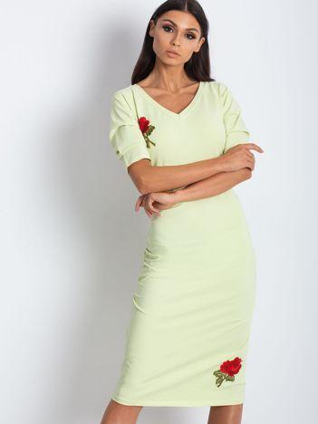 Jasnożółta sukienka z marszczeniem po bokach i naszywką