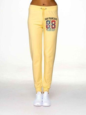 Jasnożółte spodnie dresowe z motywem urban print