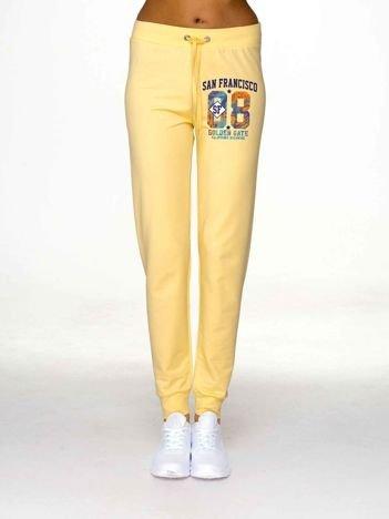Jasnożółte spodnie dresowe z napisem SAN FRANCISCO