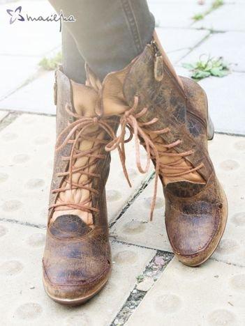 Khaki botki Maciejka z ozdobnie przecieranej skóry z jaśniejszą wstawką na boku i asymetrycznymi obcasami
