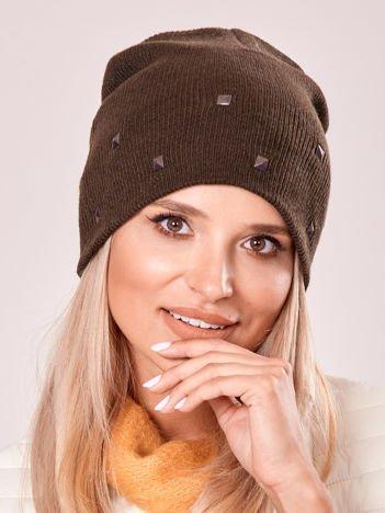 Khaki czapka z metalowymi dżetami