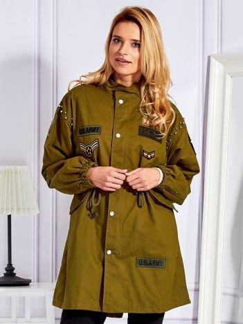 Khaki parka damska w militarnym stylu z naszywkami