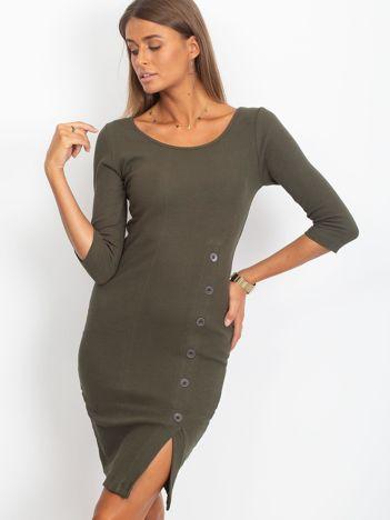 Khaki prążkowana sukienka z rozcięciem