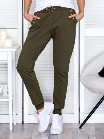 Khaki spodnie dresowe z ażurowym wykończeniem kieszeni