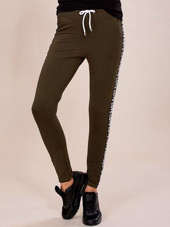 Khaki spodnie dresowe z lampasami