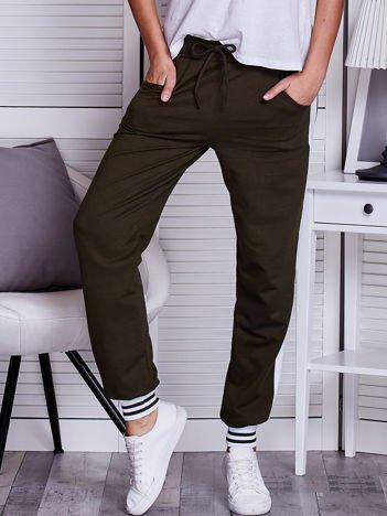 Khaki spodnie dresowe z lampasami i troczkami
