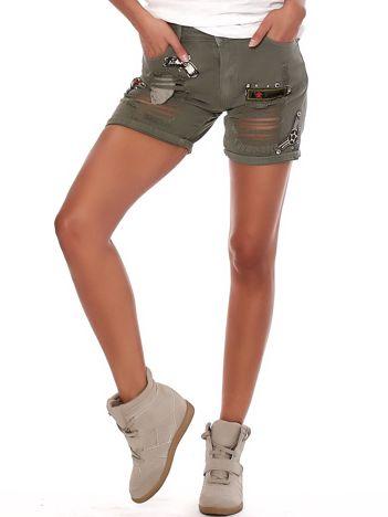 Khaki szorty z dziurami i militarnymi naszywkami