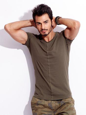 Khaki t-shirt męski z naszywką z tyłu