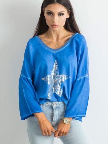Kobaltowa luźna bluzka z nadrukiem