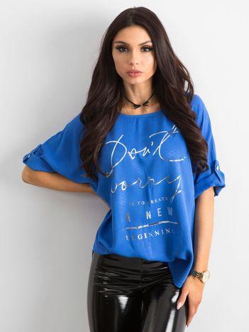 Kobaltowa luźna bluzka z napisem